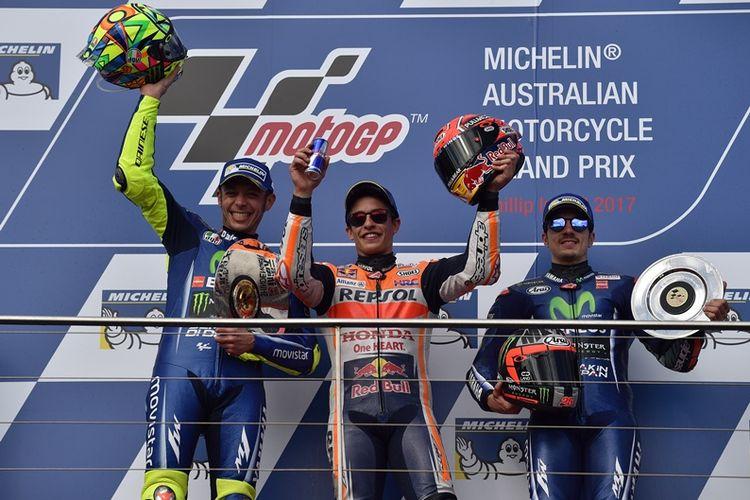 Pebalap Repsol Honda, Marc Marquez (tengah), melakukan selebrasi setelah memenangi MotoGP Australia di Sirkuit Phillip Island, Minggu (22/10/2017). Dia diapiti dua pebalap Movistar Yamaha, Valentino Rossi (kiri) dan Maverick Vinales, yang berturut-turut finis di posisi kedua dan ketiga.