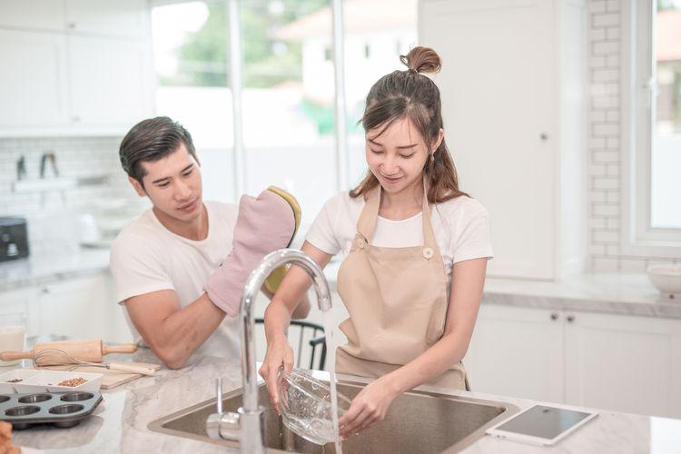 ilustrasi membagi pekerjaan rumah tangga
