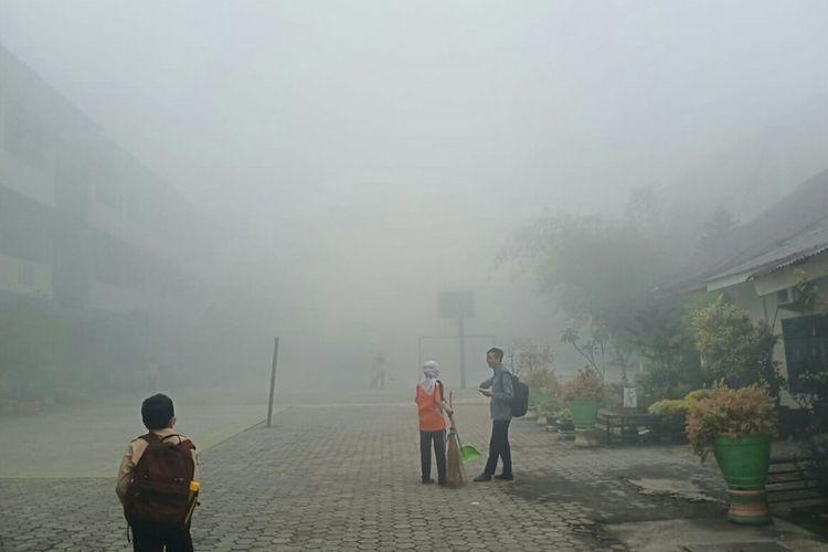 Kabut asap karhutla yang sangat pekat di lingkungan sekolah Yayasan As Shofa di Pekanbaru, Riau, Kamis (10/10/2019) pagi.