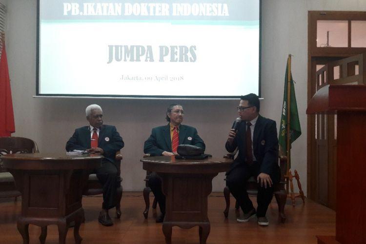 Ketua Umum PB Ikatan Dokter Indonesia, Prof dr Ilham Oetama Marsis SpOG (tengah), dalam jumpa pers di Kantor PB IDI di Menteng, Jakarta Pusat, Senin (9/4/2018).