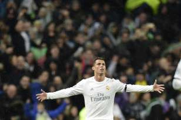 Penyerang Real Madrid, Cristiano Ronaldo, melakukan selebrasi setelah mencetak gol ke gawang Wolfsburg pada leg kedua babak perempat final Liga Champions di Santiago Bernabeu, Selasa (12/4/2016).