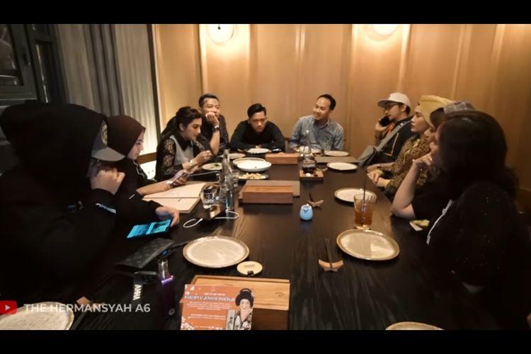 Keluarga Anang Hermansyah makan malam bareng keluarga Tiara Idol.