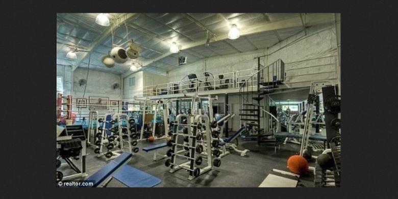 Selain itu, Wahlberg juga melengkapi rumah ini dengan fasilitas ruang kebugaran, ring tinju ukuran kompetisi, lapangan basket, badminton, serta lapangan tenis.