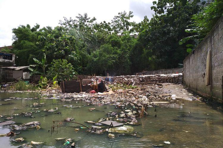 Tanggul sementara di Jatipadang, Selasa (28/11/2017)