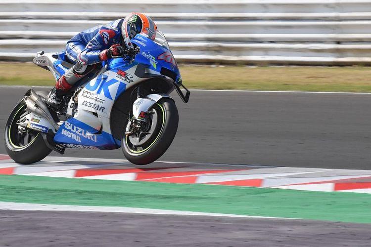 Alex Rins saat berlaga di MotoGP Emilia Romagna. (Photo by Andreas SOLARO / AFP)