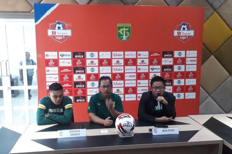 Pelatih Persebaya Aji Santoso bersama anak asuhnya Rachmat Irianto saat jumpa pers jelang laga Persebaya vs Persik di Surabaya, Jumat (28/2/2020).