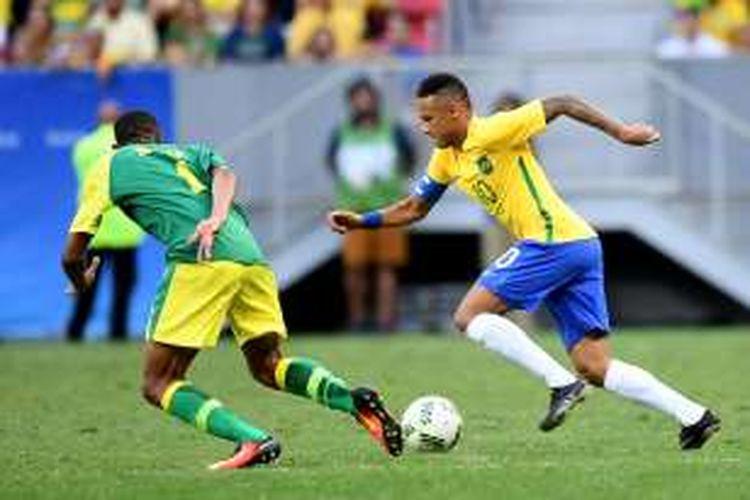 Penyerang timnas Brasil, Neymar (kanan), berusaha melewati hadangan pemain Afrika Selatan, Mothobi Mvala, pada pertandingan penyisihan Grup A Olimpiade Rio 2016 di Stadion Mane Garrincha, Brasilia, Kamis (4/8/2016).