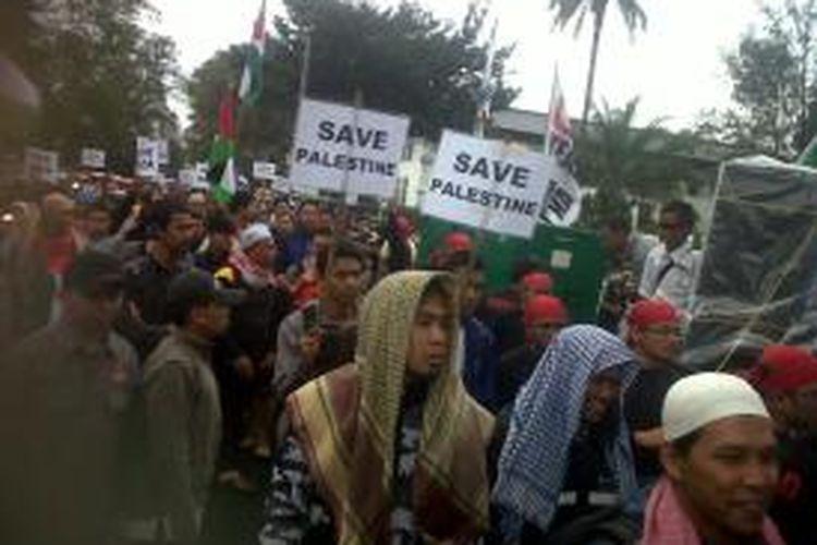 Ribuan massa umat muslim sedang menggelar aksi long march mengeliling sejumlah ruas jalan di Bandung, Jawa Barat, Minggu, (13/7/2014) sebagai bentuk kepedulian terhadap rakyat Palestina dan mengecam pembantaian Israel terhadap warga Gaza.
