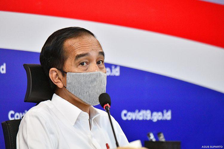 Presiden Jokowi mengikuti video conference yang diikuti oleh para gubernur, menteri, dan gugus tugas daerah, saat berkunjung ke kantor Gugus Tugas Percepatan Penanganan Covid-19 di Graha Badan Nasional Penanggulangan Bencana (BNPB), Jakarta, Rabu (10/6/2020). Ini adalah untuk kali pertama Jokowi mengunjungi kantor Gugus Tugas, sebelumnya rapat dengan jajaran Gugus Tugas biasa dilakukan lewat video conference dari Istana Kepresidenan.