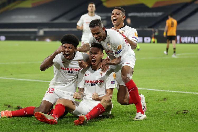 Lucas Ocampos (tengah) merayakan gol bersama rekan-rekannya pada laga perempat final Liga Europa antara Wolverhampton Wanderers dan Sevilla di Stadion MSV-Arena, Jerman, Rabu (12/8/2020) dini hari WIB.