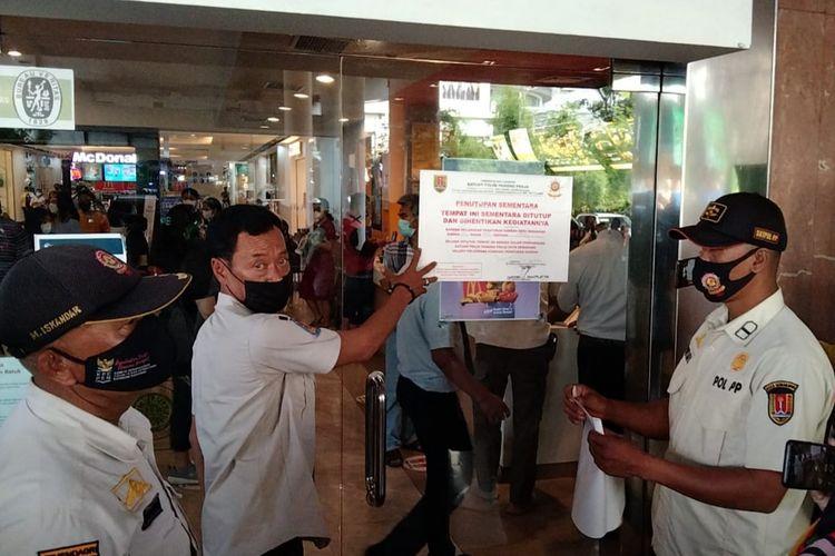 Penyegelan outlet McD di Mall Citraland Semarang,Rabu (9/6/2021)