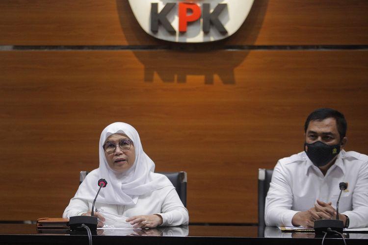 Wakil Ketua KPK Lili Pintauli Siregar (kiri) bersama Kepala Badan Reserse Kriminal (Kabareskrim) Komjen Pol Agus Andrianto (tengah) menyampaikan keterangan kepada wartawan terkait Operasi Tangkap Tangan (OTT) oleh Tim Gabungan KPK dan Bareksrim Mabes Polri di Gedung KPK Merah Putih, Jakarta, Senin (10/5/2021). Pada OTT tersebut Tim Penyidik KPK dan Polri mengamankan Bupati Kabupaten Nganjuk, Jawa Timur (Jatim) Novi Rahman Hidayat dan empat orang camat Wilayah Kabupaten Nganjuk serta barang bukti uang sekitar Rp647 juta dan sejumlah barang yang diduga suap jual beli jabatan di lingkungan Pemkab Nganjuk.  ANTARA FOTO/ Reno Esni/aww. *** Local Caption ***