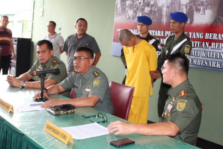 Kapendam II/Sriwijaya Kolonel Inf Djohan Darmawan,saat memberikan keterangan terkait penangkapan Prada DP di Pomdam II Sriwijaya, Jumat (14/6/2019).