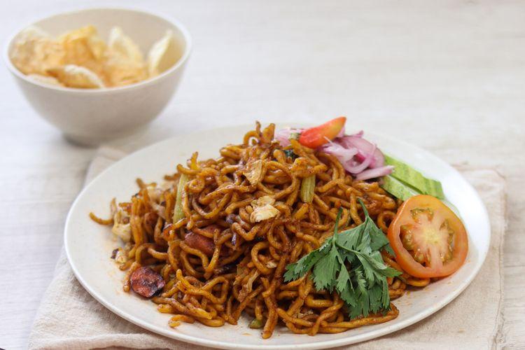 Mi Aceh dimasak menggunakan racikan bumbu rempah dan disuguhkan dengan potongan daging sapi, udang, dan taoge.