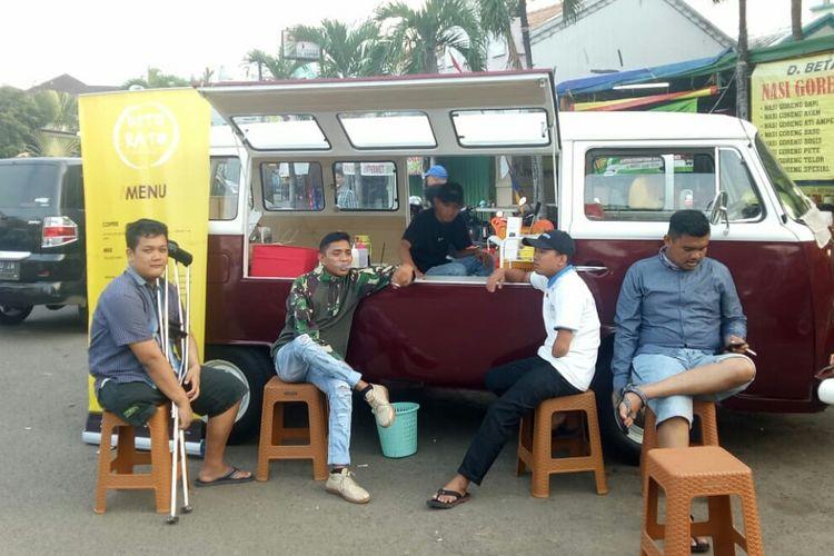 Kedai kopi Kito Rato di area Pasar Granada BSD, Rawa Buntu, Tangerang Selatan, Sabtu (31/8/2019). Kedai kopi dalam bentuk food truck itu didirikan  tiga pemuda penyandang disabilitias.
