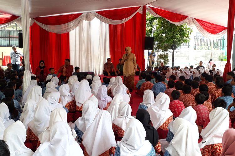 Wali Kota Surabaya Tri Rismaharini memberikan pengarahan kepada siswa di SDN Krembangan Selatan III, Surabaya, Jawa Timur, Rabu (15/1/2020).