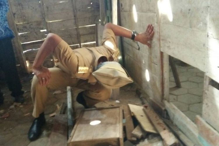 Gubernur Jawa Tengah, Ganjar Pranowo mengecek kondisi bangunan di Sekolah Dasar Negeri 1 Mlowokarangtalun, Kecamatan Pulokulon, Kabupaten Grobogan, Jateng, Selasa (2/5/2017).