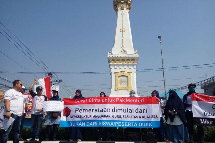 Formayo saat mengelar aksi terkait PPDB di Tugu Yogyakarta pada Minggu (23/06/2019). Formayo meminta presentase jalur prestasi PPDB di DIY ditambah sesuai dengan revisi permendiknas.