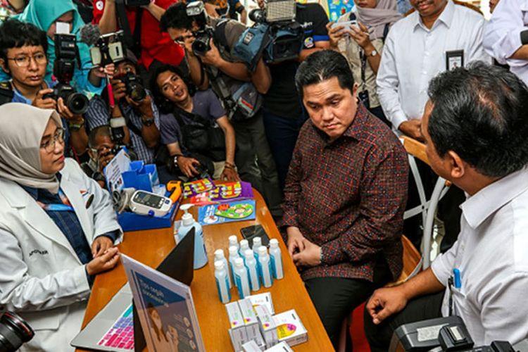 Menteri BUMN Erick Tohir bersama Direktur Utama Kimia Farma mengunjungi salah satu apotek Kimia Farma untuk penanganan virus Corona.