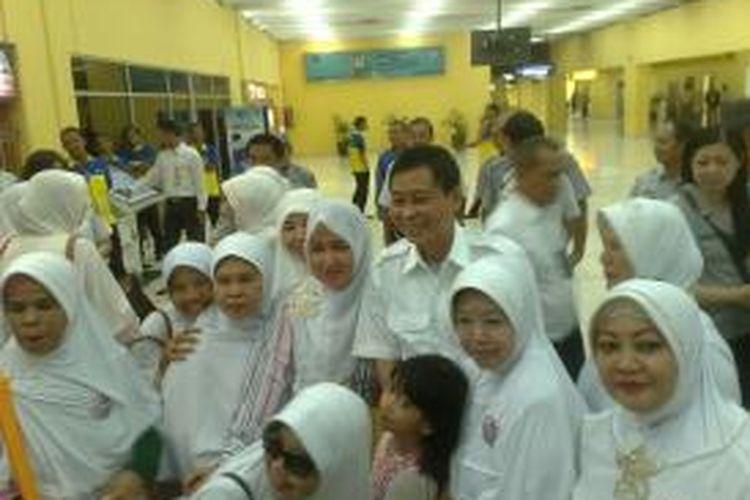 Menhub Ignasius Jonan diminta berfoto bareng oleh ibu-ibu saat melakukan sidak ke Bandara Soekarno-Hatta, Rabu (5/11/2014).
