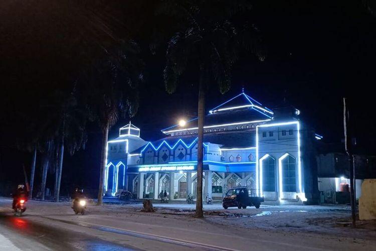 Pasca banjir bandang Luwu Utara, Sulawesi Selatan kondisi berangsur pulih, nampak Masjid Agung Syuhada di malam hari, Rabu (19/08/2020)