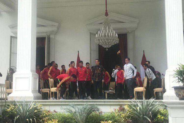 Suasana silaturahim Presiden Joko Widodo dengan Timnas U-22 di beranda Istana Merdeka Jakarta, Kamis (28/2/2019).