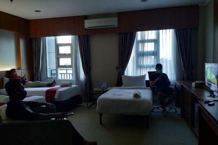 Sejumlah tenaga medis yang menangani pasien virus corona diisolasi dengan fasilitas hotel oleh Pemerintah Provinsi Gorontalo, sehingga menutup kemungkinan menulari keluarga mereka yang berada di rumah.