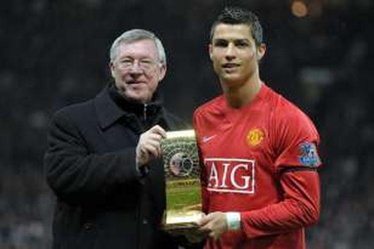 Cristiano Ronaldo (kanan) berpose dengan pelatihnya di Manchester United, Sir Alex Ferguson, sambil memamerkan trofi Pemain Terbaik FIFA di Stadion Old Trafford, 14 Januari 2009.