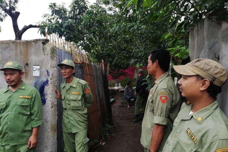 Petugas keamanan sekitar tengah menjaga di jalur akses menuju pemakaman. Polisi berencana membongkar makan istrinya Sule.