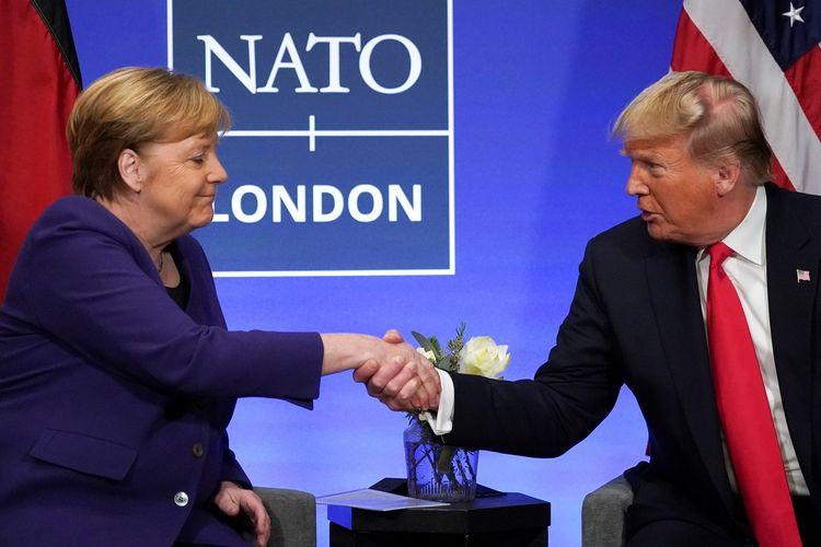 Presiden Amerika Serikat Donald Trump berjabat tangan dengan Kanselir Jerman Angela Merkel dalam agenda bilateral di sela pertemuan NATO di Watford, Inggris, pada Desember 2019.
