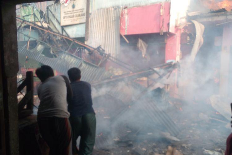 Diperkirakan ratusan kios di Pasar Rakyat Ciranjang, Kabupaten Cianjur, Jawa Barat, ludes terbakar, Senin (10/8/2020)