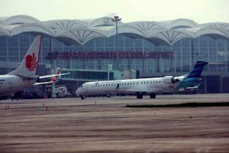 Pesawat berada di areal parkir di hari perdana pengoperasian Bandara Internasional Kualanamu, Deli Serdang, Sumut