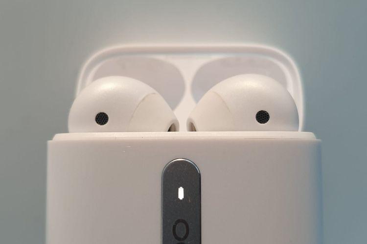 Lampu indikator di bagian depan bodi casing Oppo Enco Free. Lampu indikator tersebut akan menyala bewarna merah jika baterai lemah, kuning apabila baterai sedang, dan hijau jika baterai penuh. Saat earphone tersimpan di dalam, lampu indikator itu akan menunjukan status baterai pada earphone.  Jika earphone berada di luar, lampu indikator menunjukan status daya casing.