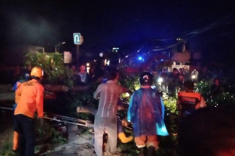 Petugas BPBD Kabupaten Semarang mengevakuasi pohon tumbang di Jalan Semarang-Solo.