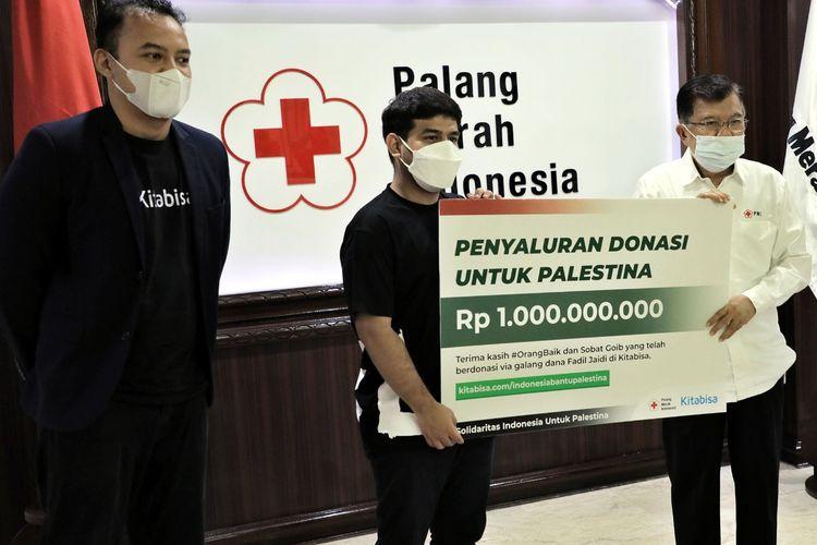 Publik figur Fadil Jaidi menyerahkan donasi publik kepada Ketua Umum PMI Jusuf Kalla (JK) di Markas Pusat PMI, Jalan Gatot Subroto, Rabu (19/5/2021).