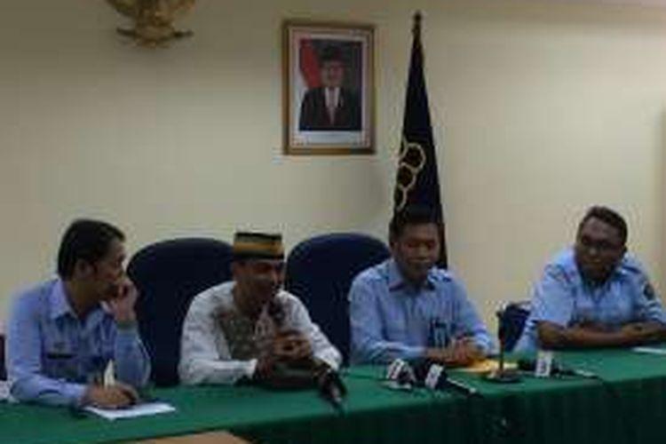 Konferensi pers kasus gugatan perdata Dirjen HAM Mualimin Abdi kepada tukang laundry Budi Iman di Kemenkumham, Jakarta, Senin (10/10/2016).