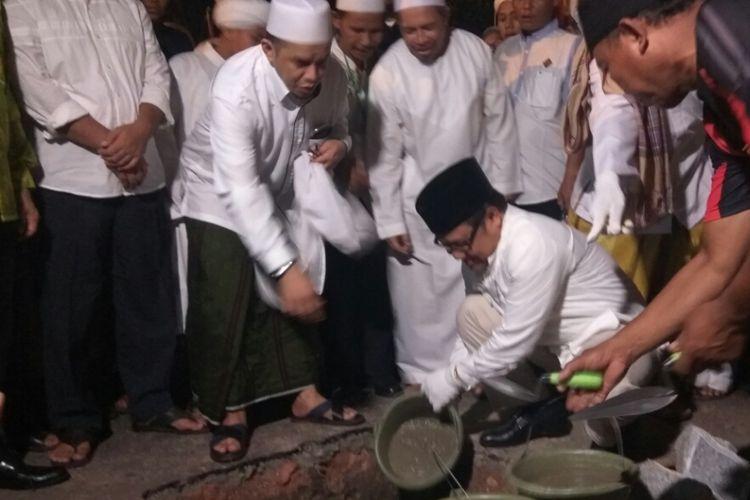 Ketua Umum DPP Partai Kebangkitan Bangsa, Muhaimin Iskandar saat melakukan peletakan batu pertama pembangunan pondok pesantren Darunnaim di Pontianak, Kalimantan Barat, Jumat (18/8/2017)