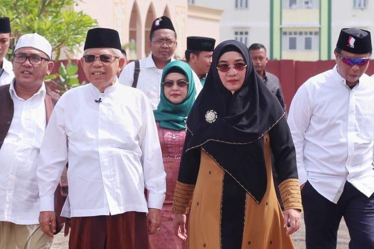 Maruf Amin dan istrinya, Nyai Wury Estu pada hari pertama kampanye terbuka Pilpres 2019 di Pesantren Annawawi Tanara, Serang, Banten, Minggu (24/3/2019) pagi.