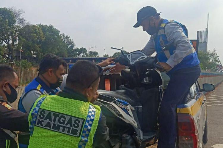 Pemotor masuk tol Jakarta-Cikampek pada Minggu (30/8/2020).