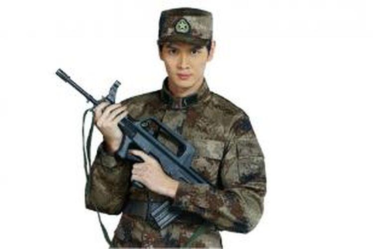 Mantan pebulu tangkis China, Bao Chunlai memakai seragam militer.