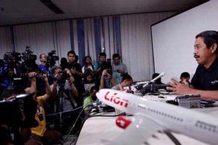 Direktur Umum Lion Air Edward Sirait menggelar jumpa Pers terkait jatuhnya pesawat Lion Air Boeing 737-800 NG di kantor pusat Lion Air, Jakarta Pusat, Sabtu (13/4/2013). Pesawat Lion Air dengan nomor penerbangan JT 904 rute Bandung-Denpasar tersebut jatuh di Laut Bali dekat Bandara Internasional Ngurah Rai, Bali, Sabtu (13/4/2013) sekitar pukul 15.00 WITA. Sebanyak 101 orang penumpang dan 7 orang awak pesawat dinyatakan selamat.