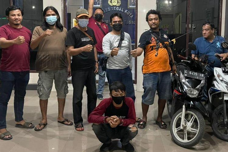 Tim Resmob Satreskrim Polres Tegal Kota mengamankan pelaku pencurian sepeda motor ke Mapolres Tegal Kota, Senin (4/5/2021) malam. (Dok. Polres Tegal Kota)