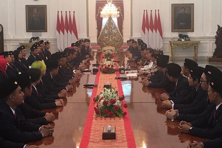 Presiden Jokowi menerima delegasi World Skill Competition yang akan berlaga di Rusia, di Istana Merdeka, Jakarta, Rabu (14/8/2019).