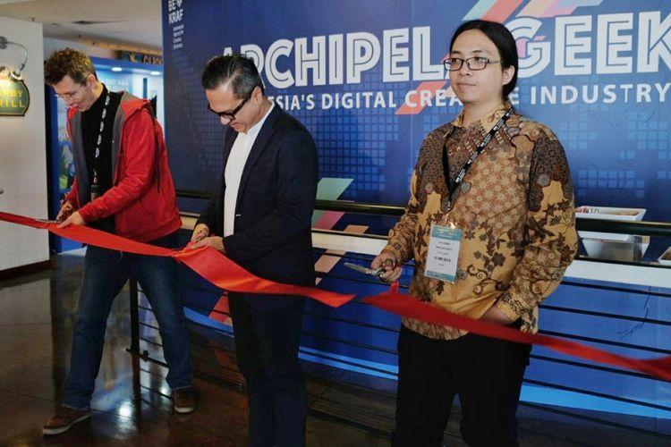 (tengah) Deputi Pemasaran Bekraf Joshua Puji Mulia Simanjuntak meresmikan pembukaan booth Indonesia di Game Connection America 2018 bersama perwakilan AGI Cipto Adiguno dan perwakikan Game Connection, di AT&T Park, San Francisco, AS, Senin (19/3/2018)