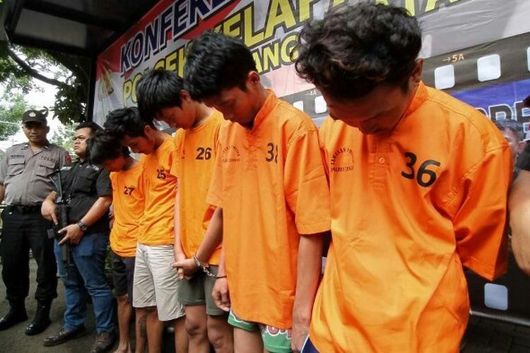 Polisi Sektor (Polsek) Kelapa Dua menangkap N (25), F (23), DD (19), S (25) dan MRA (22),lima perampok spesialis minimarket yang beraksi di wilayah Tembaga Raya, Bencongan, Kabupaten Tangerang, pada Selasa (14/1/2020) lalu.   Dari lima perampok, satu diantaranya berinisial MRA ditembak pada kaki kanan karena melawan saat dilakukan penangkapan.