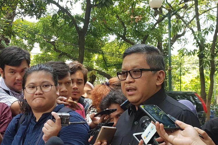 Sekjen PDI-P Hasto Kristiyanto saar datang ke kediaman Megawati Soekarnoputri, di Menteng, Jakarta Pusat, Kamis (24/10/2019).
