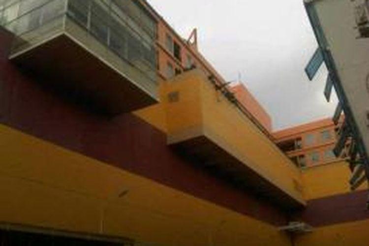 Bagian dinding atas Hotel Lion di Bahu, Manado runtuh akibat gempa berkekuatan 7.3 SR di Sulawesi Utara
