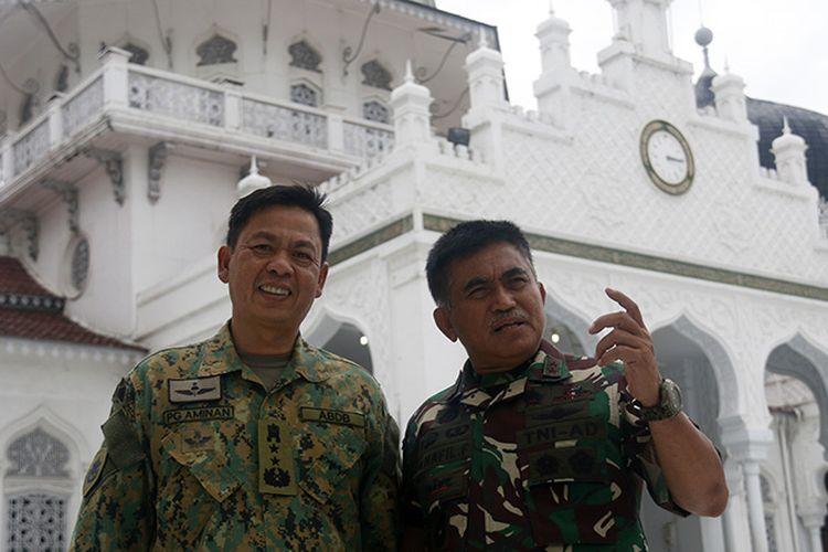 Mayjen Pengiran Dato Seri Pahlawan Aminan bin Pengiran Haji Mahmud, Panglima Militer Diraja Brunei (kiri) bersama Panglima Kodam Iskandar Muda, Mayjen Teuku Abdul Hafil Fuddin saat berada di Masjid Raya Baiturraman Banda Aceh, Kamis (24/05/18).