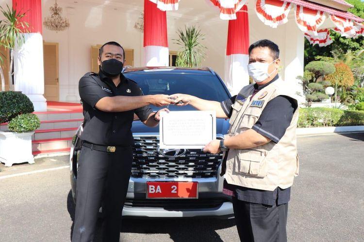 Wagub Sumbar Audy Joinaldy serahkan mobil dinas barunya ke Satgas Covid-19, Kamis (19/8/2021)