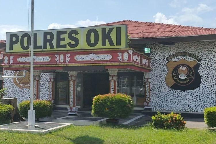 1. Mapolres Ogan Komering Ilir Sumatera Selatan yang diserang  2. Pagar gerbang Mapolres OKI yang ditabrak pelaku